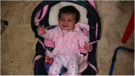ERROR: Si se coloca a un bebé en una silla porta-bebé y no se fija con sus correas puede zafarse y caerse, especialmente si se pone la silla por ejemplo, en una mesa. Nótese la cara de angustia del bebé que está en riesgo.