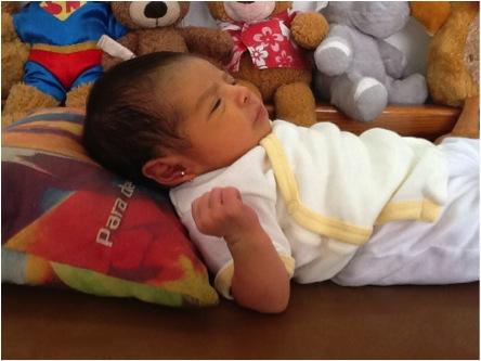 ERROR: Al colocarle una almohada a un bebé, se le dobla el cuello y se impide una correcta respiración. Nótese su cuerpo tenso e incómodo.