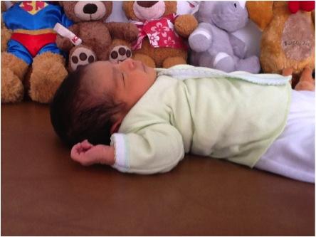 CORRECTO: Al estar acostado boca arriba, no requiere ninguna almohada, la vía respiratoria queda recta y podrá oxigenar correctamente. Nótese su brazo y todo su cuerpo relajado.