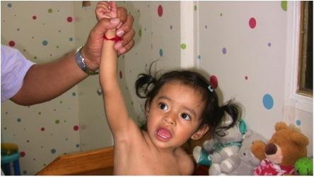 ERROR: Un jalón brusco del brazo puede lesionar los nervios del plexo braquial.