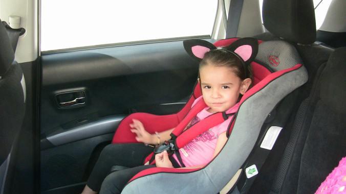 De los 2 a los 12 años deberán ir en silla especial, en el asiento trasero, pero podrán ir viendo al frente. Después de los 12 años ya se les permitirá ir en el asiento de adelante, pero con su cinturón de seguridad bien colocado.